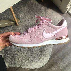 Nike pink active shoe